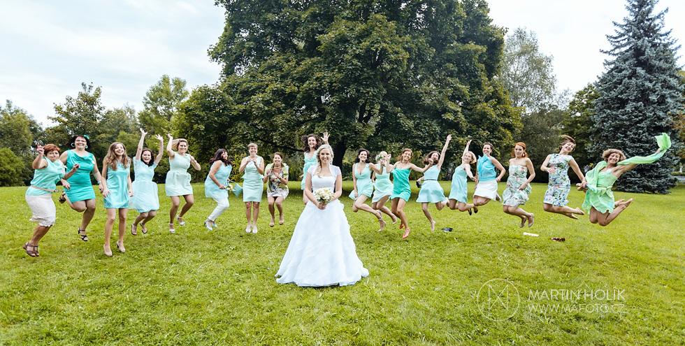 Nevěsta a její vyskakující kamarádky