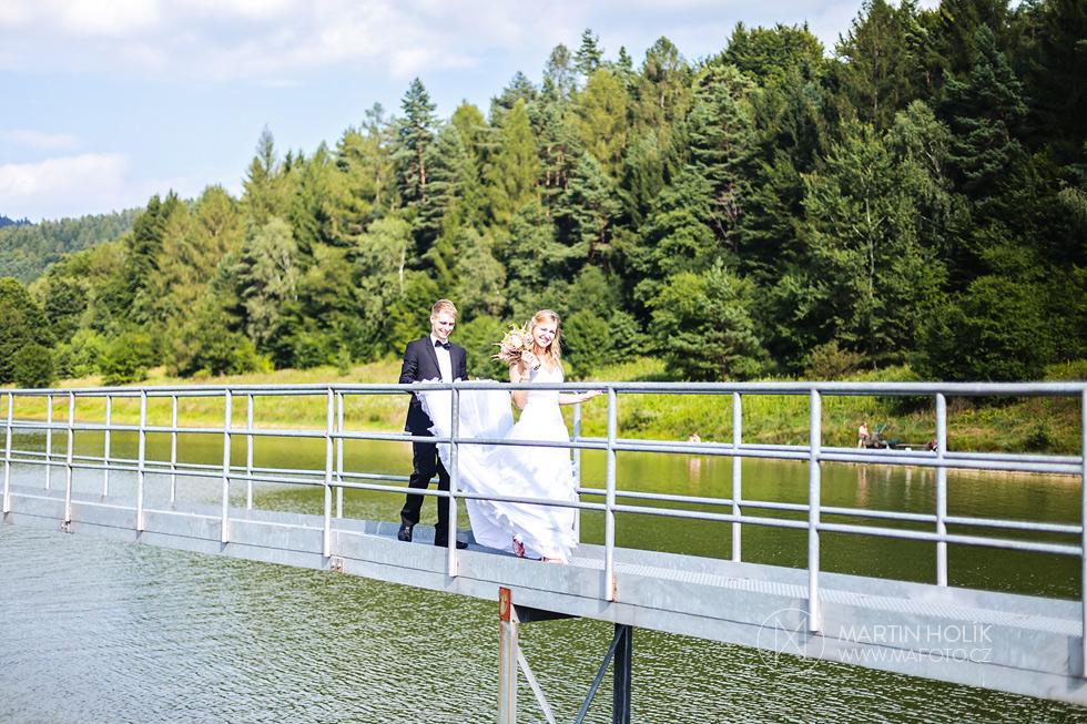 Nevěsta a ženich kráčejí po molu