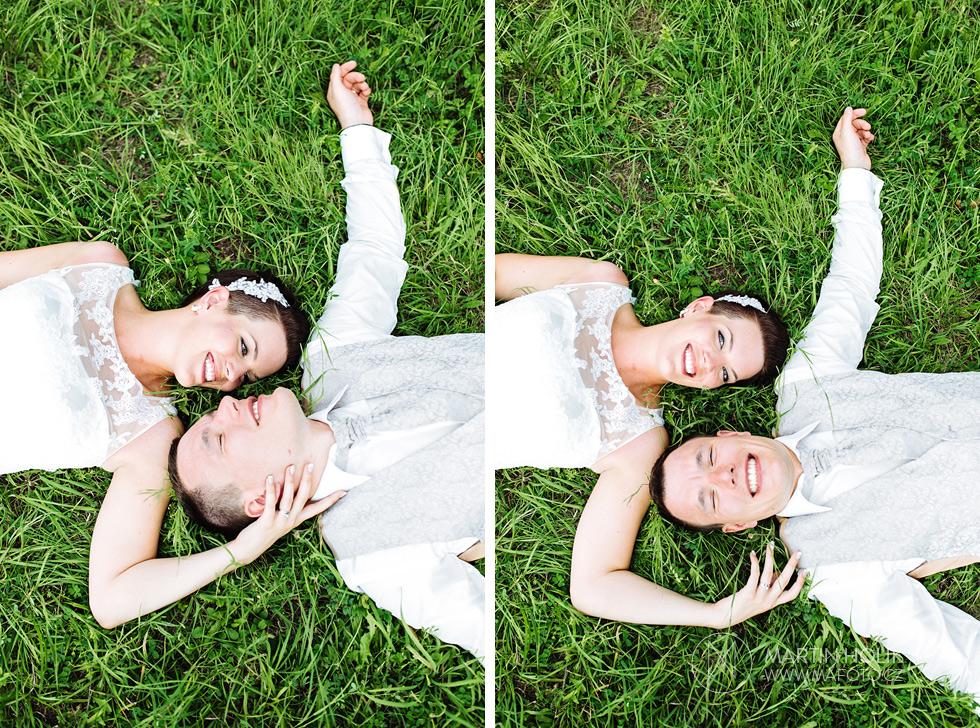 Nevěsta a ženich leží v trávě