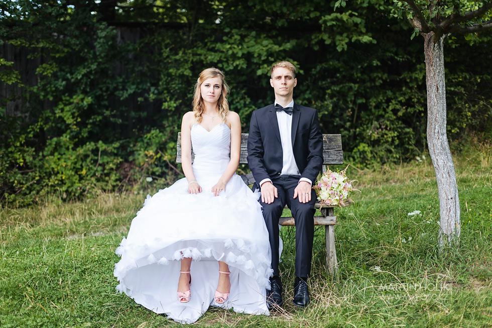 Nevěsta a ženich na lavičce pro babičky