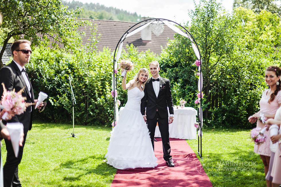 Nevěsta a ženich před oltářem