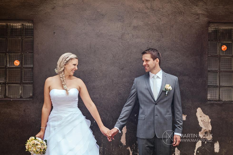 Nevěsta a ženich pod starou zdí
