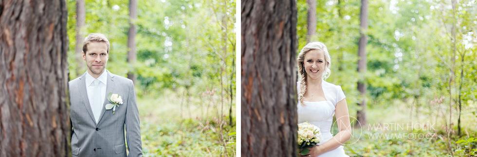 Nevěsta a ženich se dívají zpoza stromu