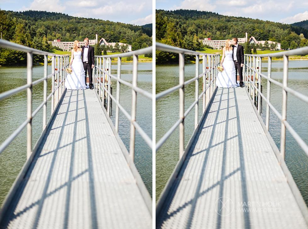 Nevěsta a ženich se líbají na molu