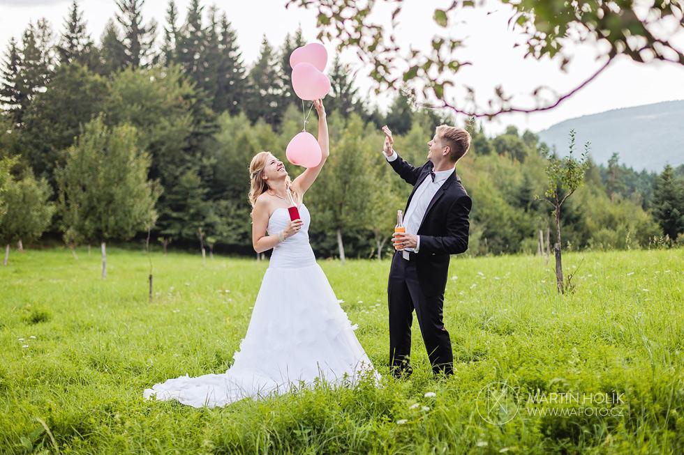 Nevěsta a ženich si hrají s balonky