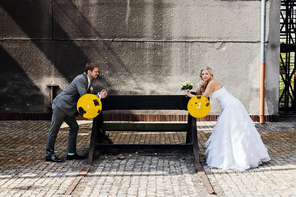 Nevěsta a ženich u kolejí