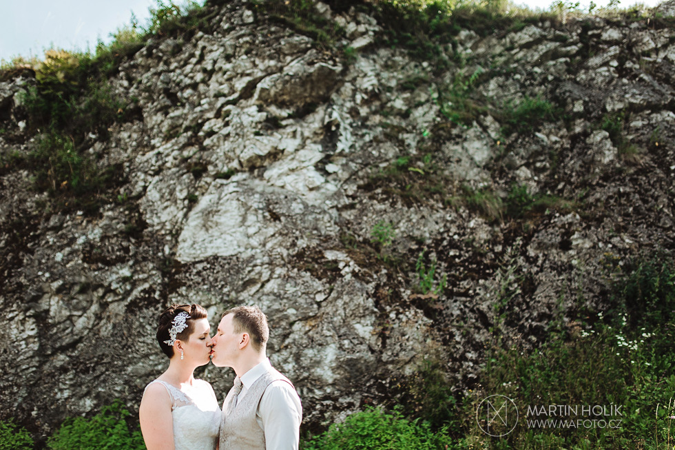 Nevěsta a ženich u lomu