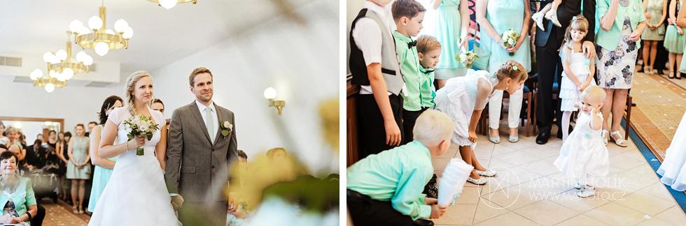 Nevěsta a ženich u oltáře