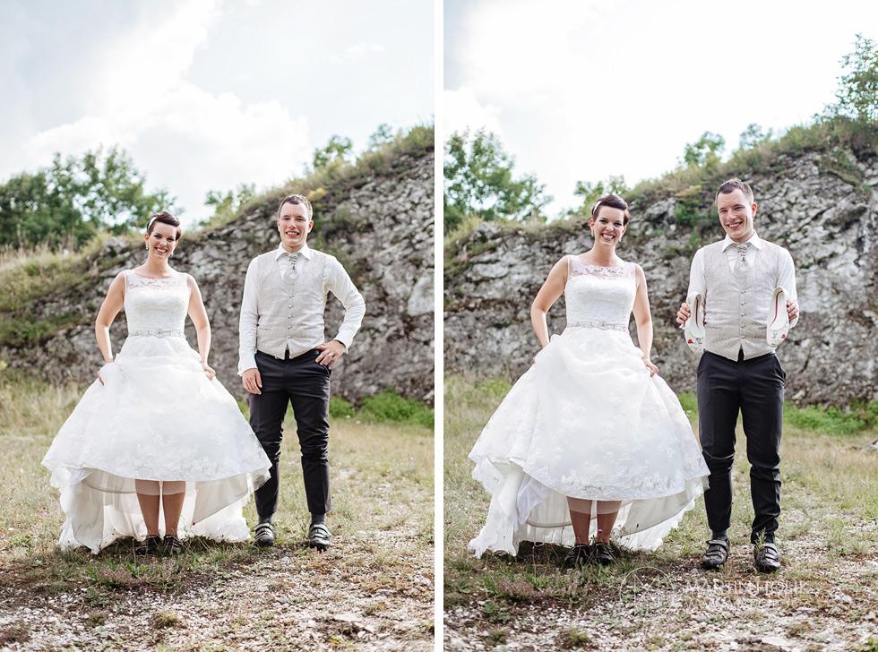 Nevěsta a ženich ukazují tretry