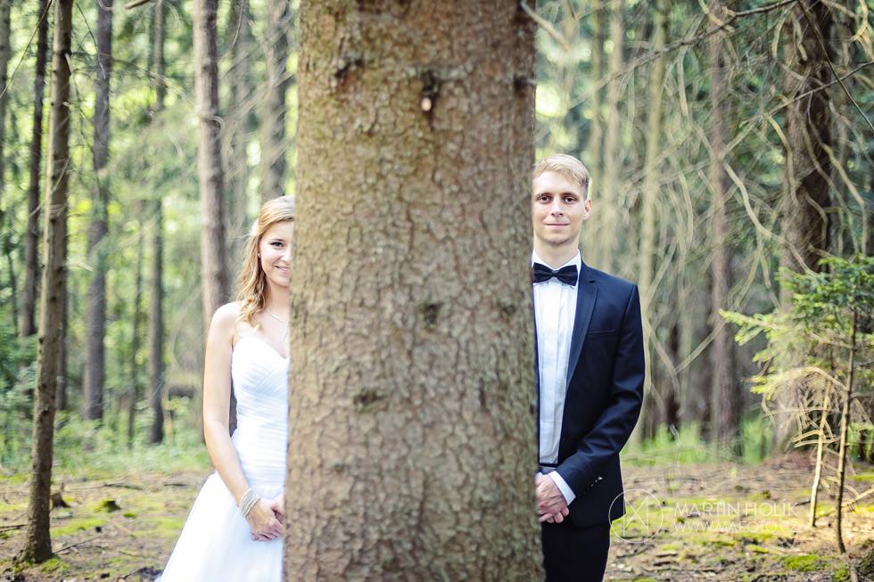 Nevěsta a ženich za stromem