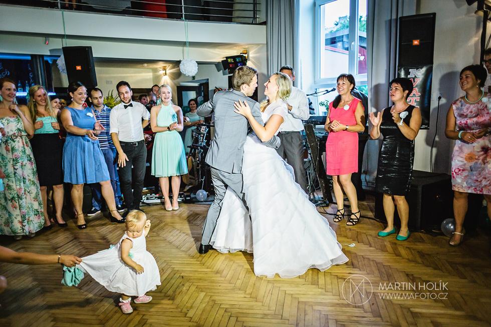 Nevěsta má mezi diváky konkurenci