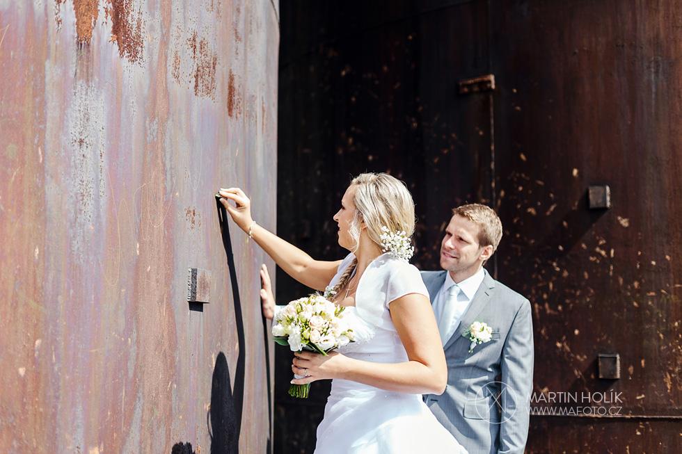 Nevěsta píše vzkaz ženichovi na stěnu
