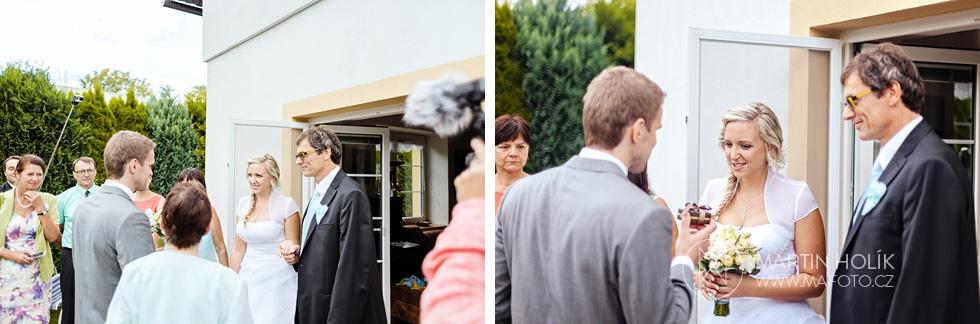 Nevěsta přichází a ženich jí dává dárek