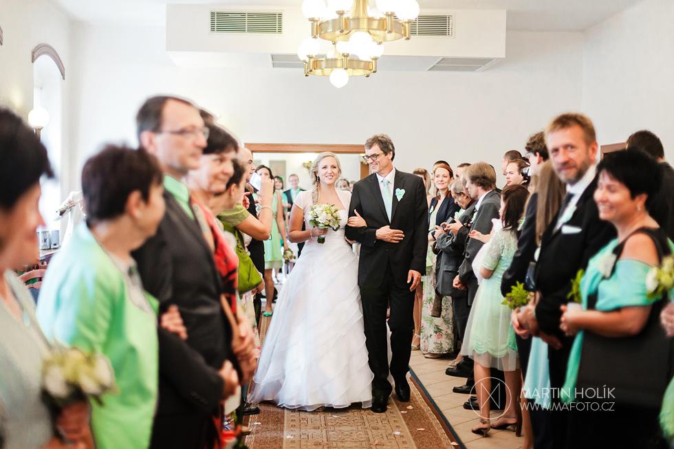Nevěsta přichází s tatínkem k oltáři