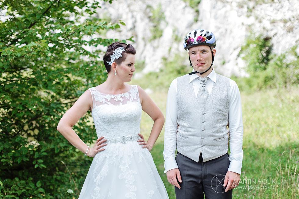 Nevěsta se přísně dívá na ženicha