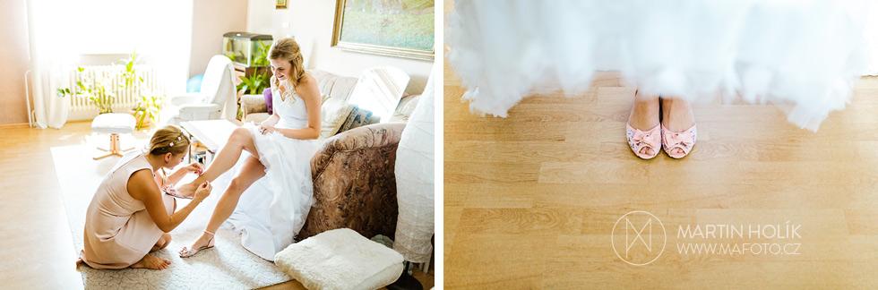 Nevěsta si obouvá svatební střevíce