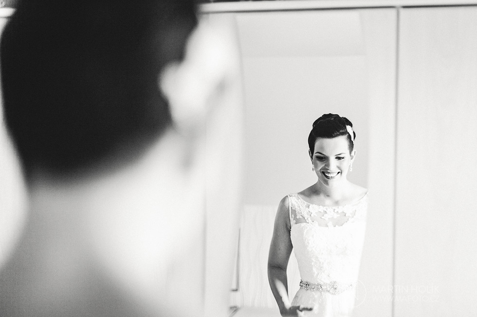 Nevěsta si prohlíží svatební šaty