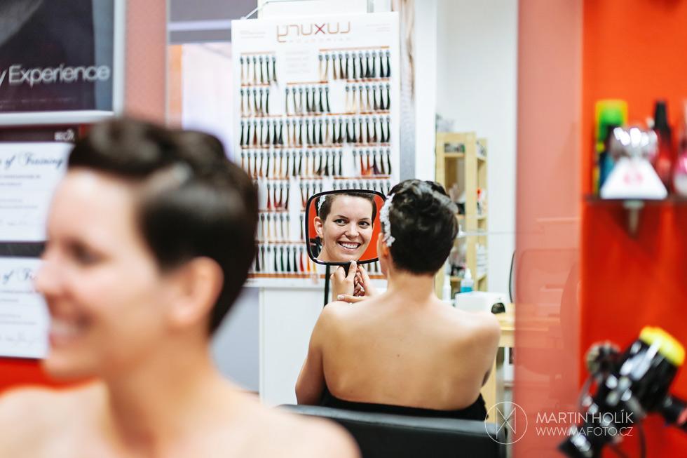 Nevěsta v kadeřnictví se divá do zrcadla