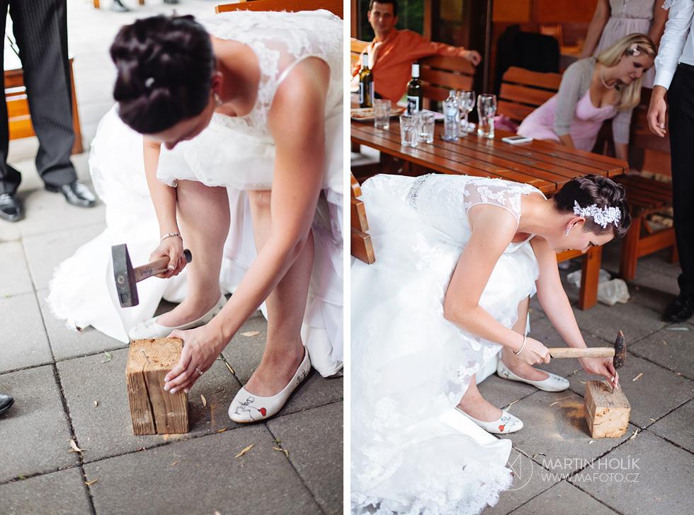 Nevěsta zatlouká hřebík