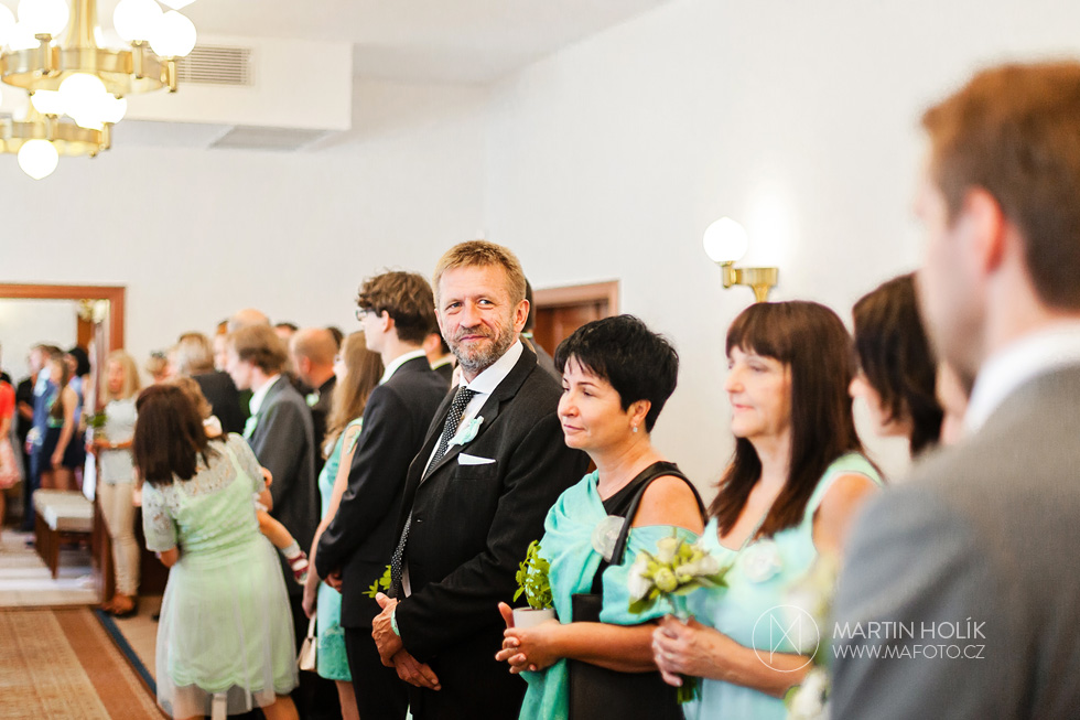 Očekávání příchodu nevěsty k oltáři