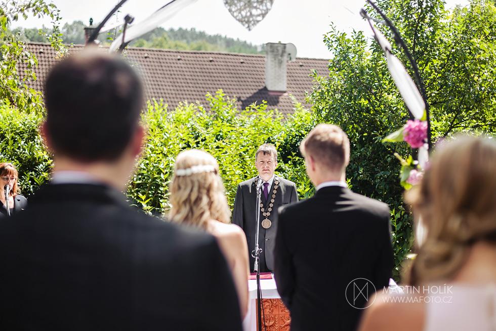 Oddávající oddává ženicha a nevěstu