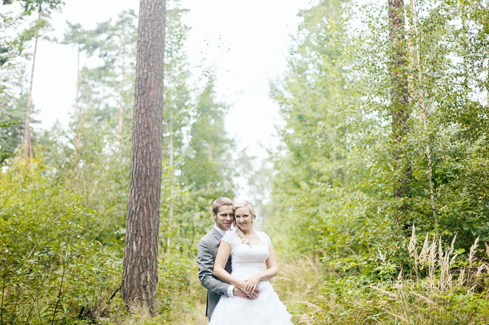 Portrét nevěsty a ženicha na kraji lesa