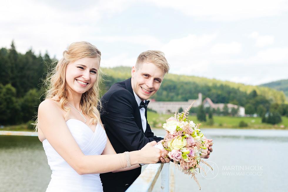 Portrét nevěsty a ženicha na přehradě