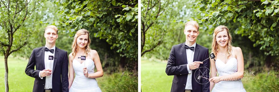 Portrét novomanželů s fotorekvizitami