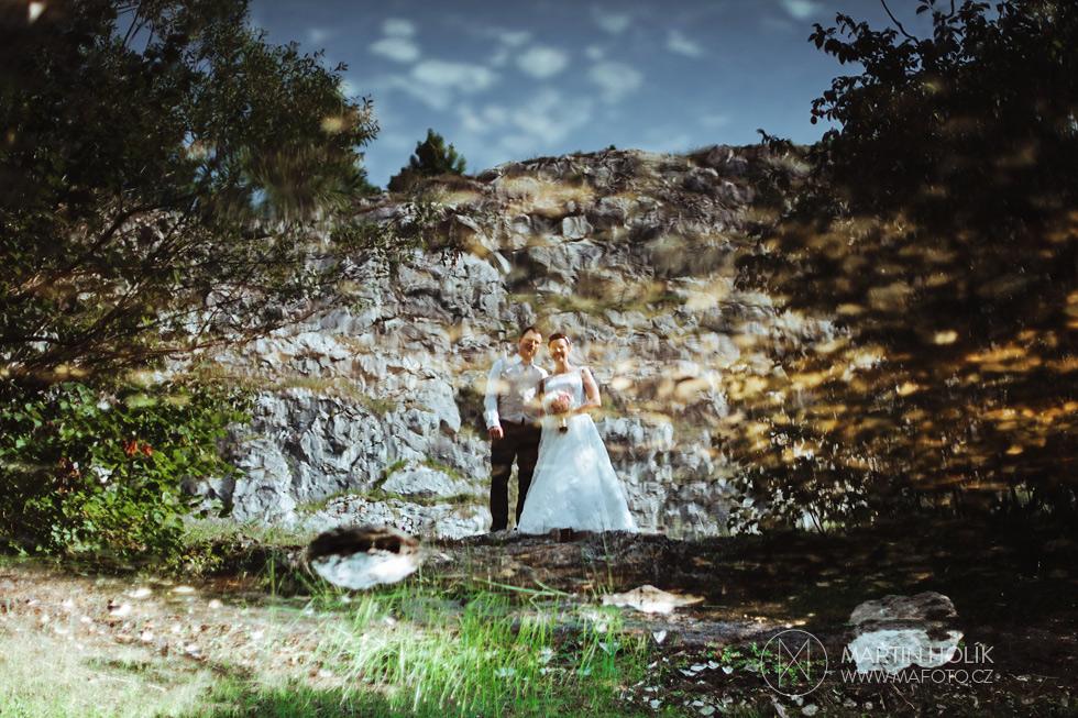 Portrét odrazu nevěsty a ženicha na vodní hladině