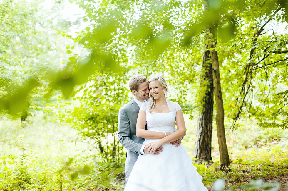 Portrét zamilované nevěsty a ženich v lese