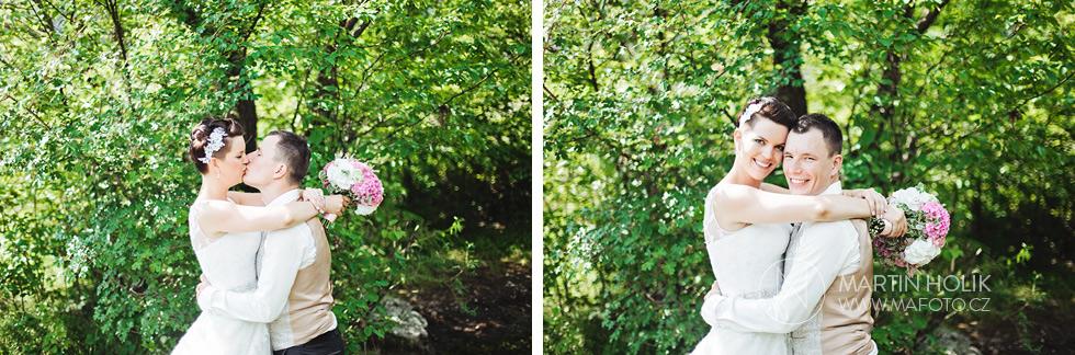 Portrét ženicha a nevěsty v lesíku