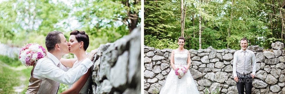 Portréty nevěsty a ženicha před zídkou