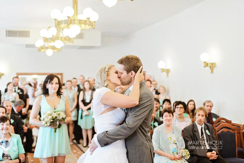 První manželský polibek nevěsty a ženicha