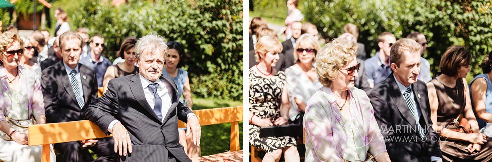 Rodiče a hosté očekávají snoubence