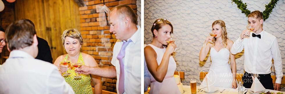 Slavnostní přípitek na svatební hostině