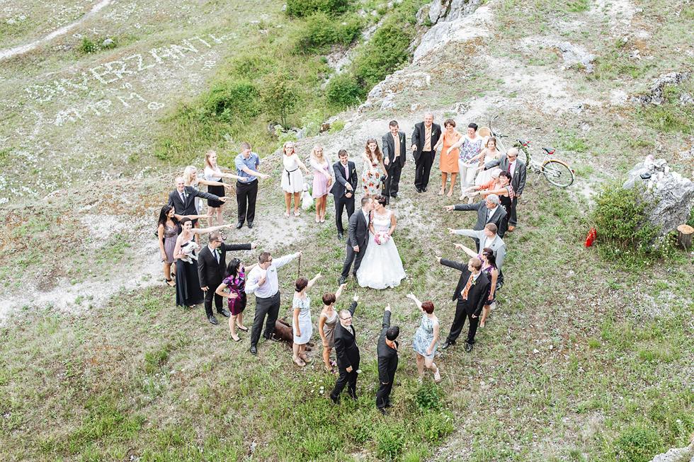 Společná fotka novomanželů a svatebčanů