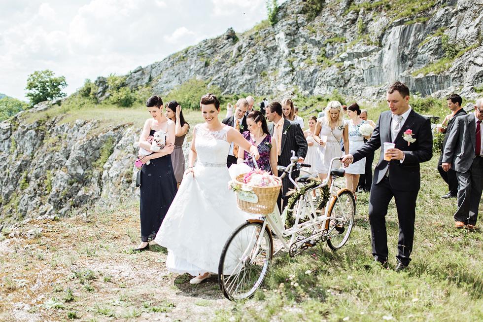 Svatebčané odcházejí z obřadního místa