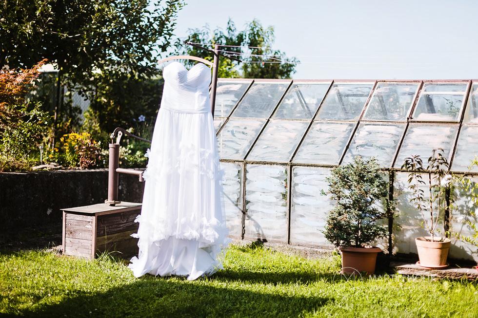 Svatební šaty u skleníku