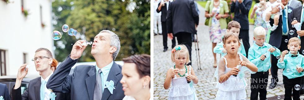 Svatební špalír očekává nevěstu a ženicha