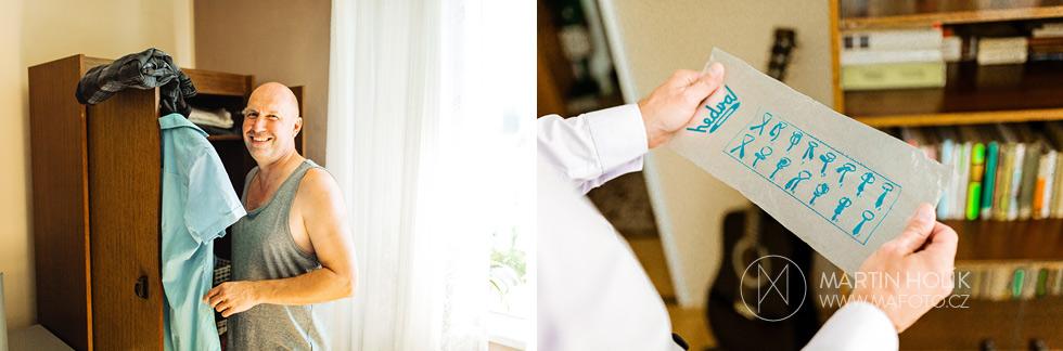 Tatínek nevěsty si chystá kravatu