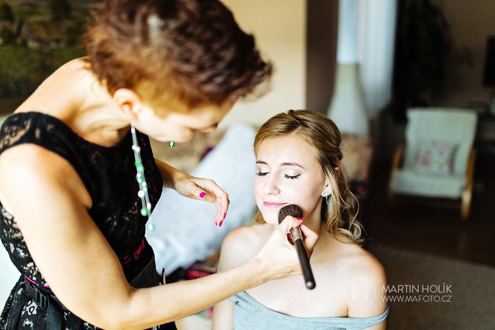 Vizážistka dokončuje vizáž nevěsty