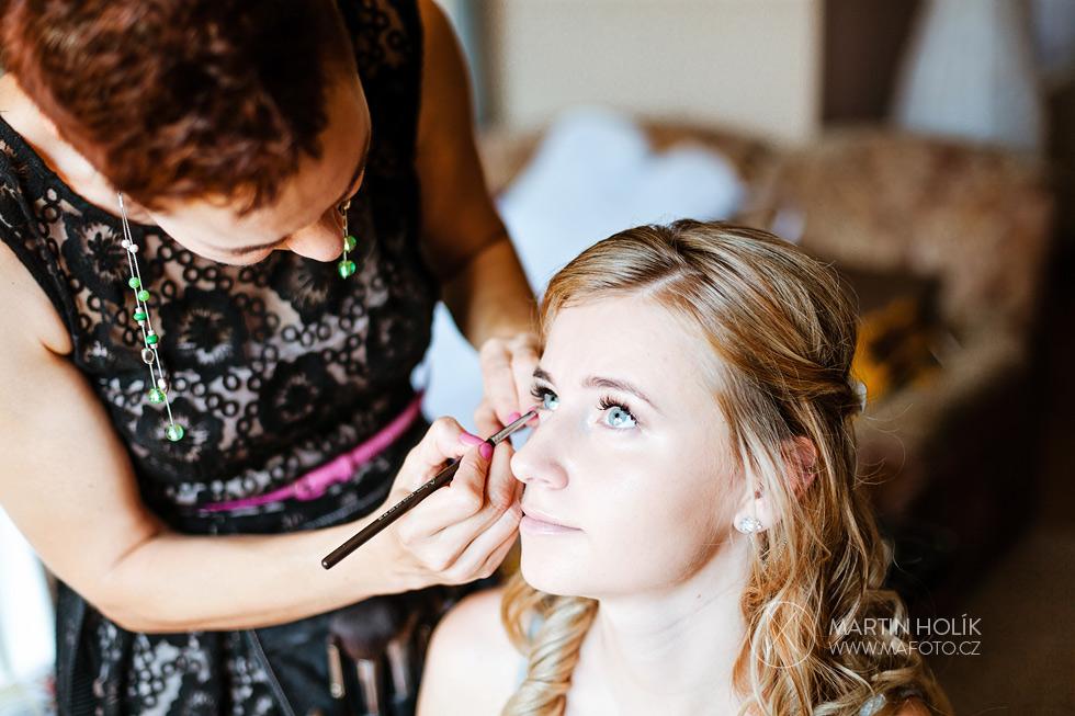Vizážistka maluje nevěstě oči