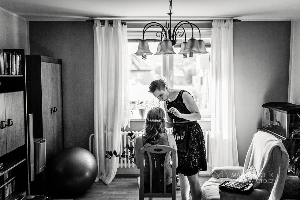 Vizážistka připravuje nevěstu na její velký den