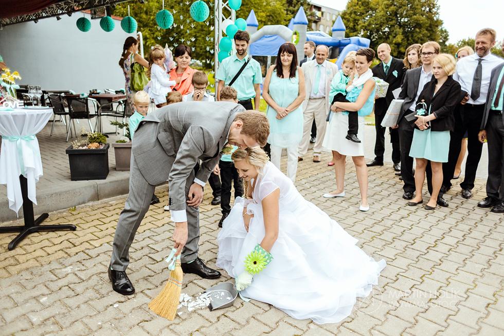 Nevěsta a ženich zametají talířek