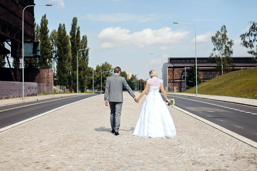 Ženich a nevěsta na procházce