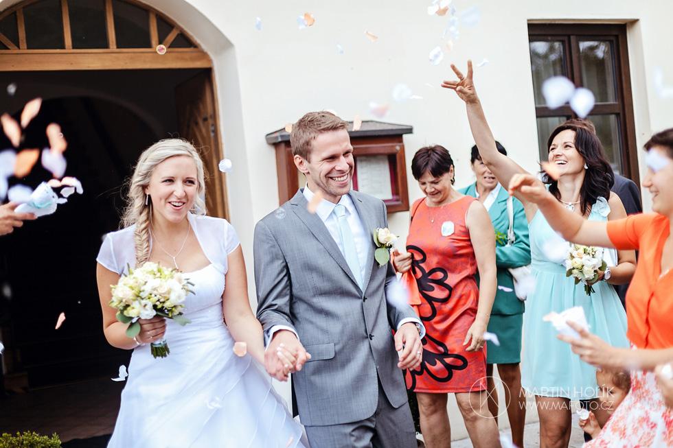 Ženich a nevěsta odcházejí z obřadu