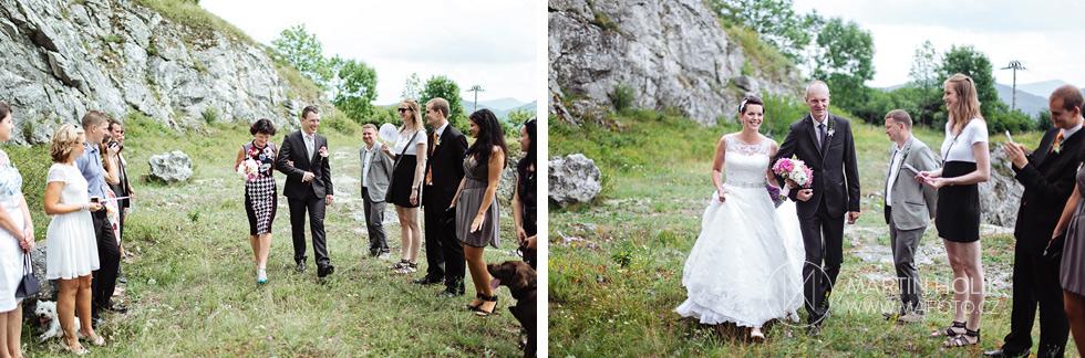 Ženich a nevěsta přicházejí