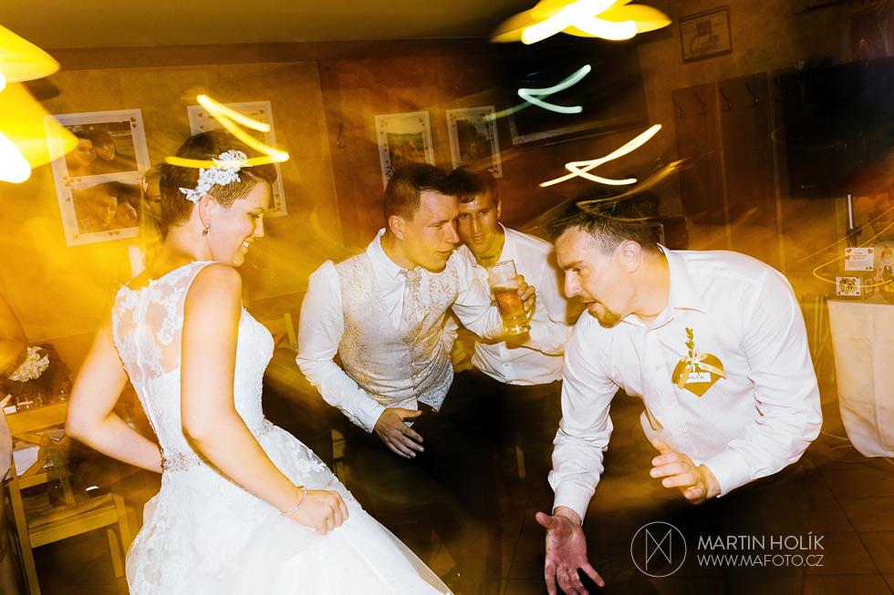 Ženich a nevěsta si užívají svatební diskotéku