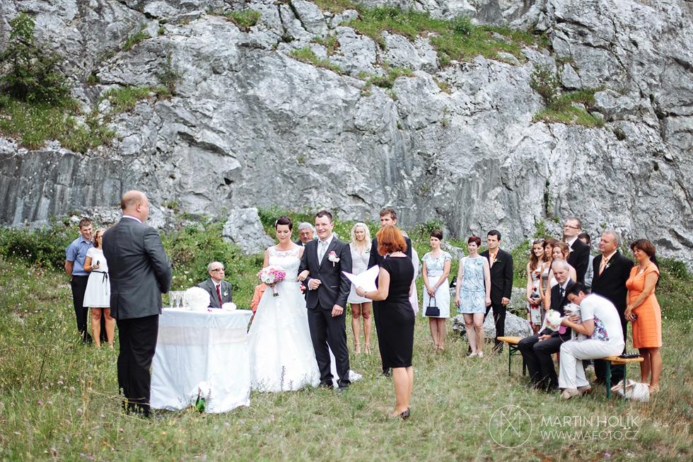 Ženicha a nevěsta u oltáře