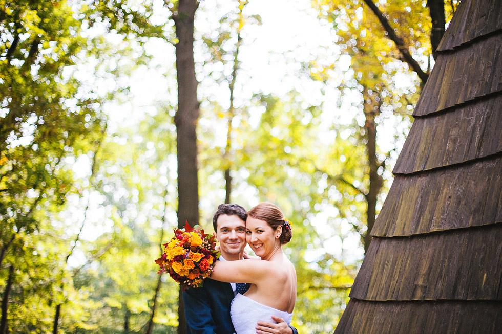 Nevěsta a ženich v podzimním lese u chaty